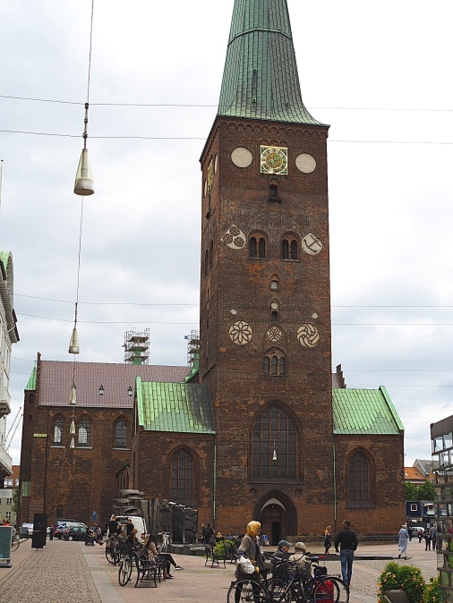 Aarhusin 93 metriä pitkä tuomiokirkko on Tanskan pisin kirkko.