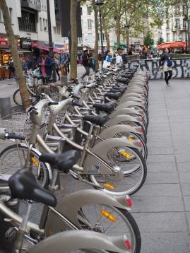 Pariisin kaupunkipyörät parkissa.