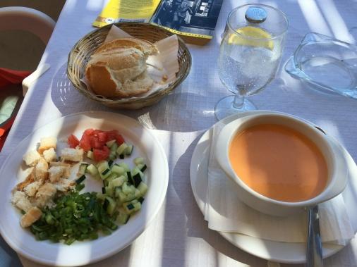Alkupalaksi espanjalaista kylmää gazpacho-keittoa.