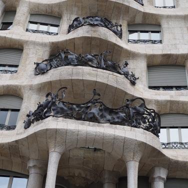 Casa Milan julkisivu takorautaparvekkeineen.