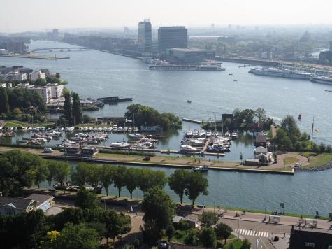 Amsterdam avautuu A'DAM Lookoutin tornista.